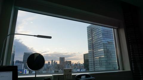 ホテルの窓からみた夕暮れ