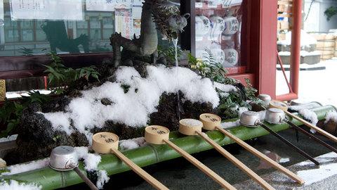 雪の積もった手水舎